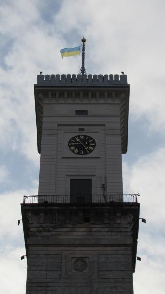 Rynok Square'den yükselen Saat Kulesi.