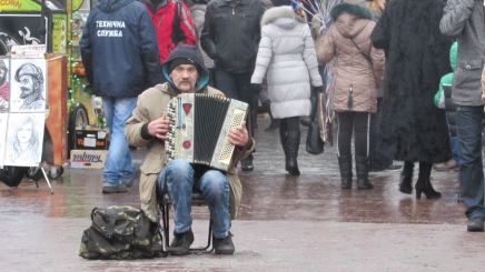 Opera Meydanında bir akordiyon sanatçısı.